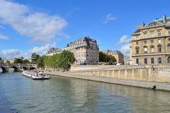 paris Quay de la rivière la Seine Photos stock