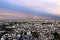 Paris regnbågereflexioner på staden Arkivfoton