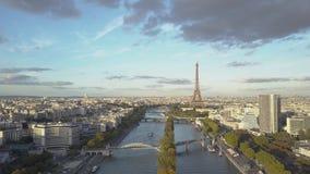 Paris a?rien - 1283 tour de seine de fleuve d'Eiffel Tirs de bourdon banque de vidéos