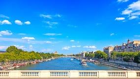 Paris, Seine River e barcos tradicionais. Opinião da ponte. France, Europa. Fotos de Stock