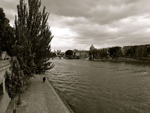 Paris Seine River sob céus nebulosos Fotografia de Stock Royalty Free
