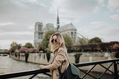 paris semester Lycklig flicka på bron arkivfoto