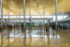 PARIS - SEPTEMBER 5TH: Ankomster på den Charle de gaulle flygplatsen på September 5th, 2015 i Paris, Frankrike arkivfoton