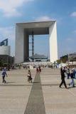 PARIS - SEPTEMBER 04: Turister som går i den centrala fyrkanten Arkivfoto