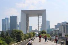 PARIS - SEPTEMBER 04: Turister som går i den centrala fyrkanten Royaltyfria Foton