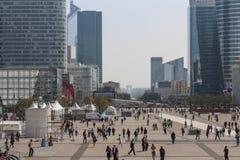 PARIS - SEPTEMBER 04: Turister som går i den centrala fyrkanten Royaltyfri Bild