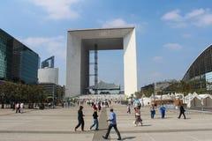 PARIS - SEPTEMBER 04: Turister som går i den centrala fyrkanten Fotografering för Bildbyråer