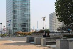 PARIS - SEPTEMBER 04: Turister som går i den centrala fyrkanten Royaltyfri Foto