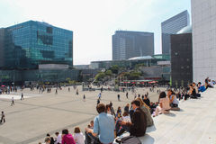 PARIS - 4 SEPTEMBRE : Touristes marchant dans la place centrale Photo stock