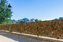 Paris - serrures d'amour chez la Seine Photographie stock