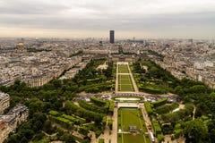 Paris sikt från överkanten av Eiffeltorn arkivbild