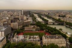 Paris sikt från överkanten av Eiffeltorn arkivfoto