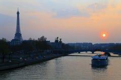 paris solnedgång Fotografering för Bildbyråer