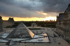 Paris-Sonnenuntergang lizenzfreie stockfotos