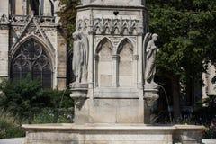 Paris - springbrunn av oskulden i den fyrkantiga Jean XXIII Near East sidan av domkyrkan Notre Dame Royaltyfria Foton