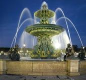 Paris: Springbrunn på stället de la Concorde på nig Arkivbild