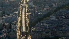 Paris stadstrafik på solnedgången stock video