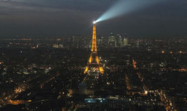 Paris-Stadt und -Eiffelturm nachts Stockfoto