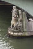 Paris-Statue im Seine-Fluss lizenzfreie stockbilder