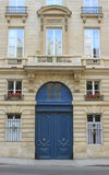 Paris-Straße im Sommer, in den Blumentöpfen, in der Tür und in den Fenstern Stockbilder