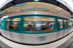 Paris subterrânea: trem no movimento imagem de stock royalty free