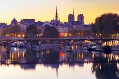 paris Terraplenagem da cidade ao longo do Seine fotos de stock royalty free
