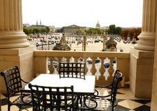 PARIS: Terrass i slotthotell Arkivbild