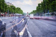 paris tuggar ljudlig elysees Royaltyfri Bild