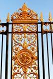 Paris Tuileries bladguldskyddsgaller med prydnader som omger trädgården arkivbilder