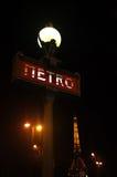 Paris tunnelbana och Eiffeltorn på natten Fotografering för Bildbyråer