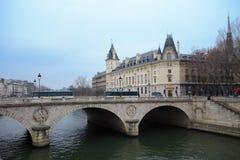 Paris und die Seine an der blauen Stunde Lizenzfreies Stockbild