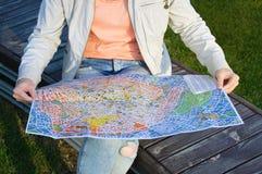 paris 07-31-2018 Une fille sur un banc avec une carte dans des mains photos stock