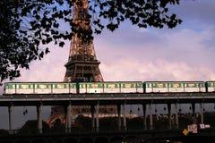 Paris-Untergrundbahn, die auf die Brücke Bir-Hakeim überschreitet stockbilder