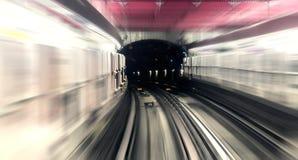 Paris, Untertagestadtmetrostation, Schienenbewegungsunschärfespur Stockfotos