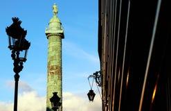 Paris VendÃ'me kolonnmonument med façades på skottet för låg vinkel för solnedgång arkivbilder
