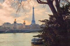 Paris, vista do parque ao rio Seine, a ponte de Alexander III e a torre Eiffel Imagem de Stock Royalty Free