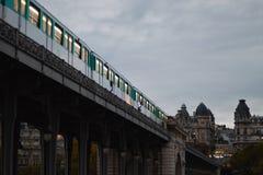 Paris-Zug auf der Brücke lizenzfreie stockfotografie