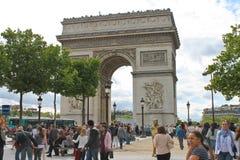 Parisare nära Arcet de Triomphe i Paris. Fotografering för Bildbyråer