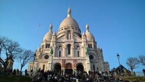 Pariser geschart zu Sacrè-Coeur, Paris, an einem feinen Nachmittag Stockfotografie