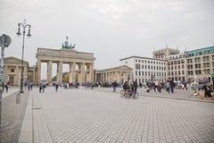 pariser platz的游人在勃兰登堡门附近 免版税库存图片