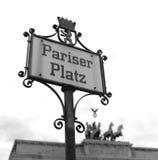 Pariser Platz tecken med den Brandenburg porten i bakgrunden i Berlin, Tyskland Royaltyfri Fotografi