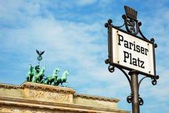 Pariser Platz Zeichen und Brandenburger Tor Stockfotos