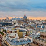 Pariser Skyline mit Heilig-Augustin-Kirche bei Sonnenuntergang Stockbild