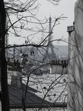 Pariser Winter - Eiffelturm von Montmartre stockbilder