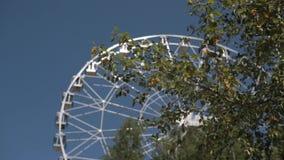 Pariserhjul över den blåa skyen Tappningferrishjul över blå himmel Pariserhjul till och med sidorna lager videofilmer