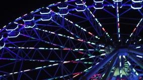 Pariserhjul över den blåa skyen Tappningferrishjul över blå himmel Pariserhjul till och med sidorna arkivfilmer