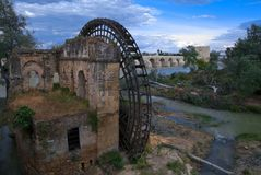 Pariserhjul av det arabiska ursprunget i den Guadalquivir floden fotografering för bildbyråer