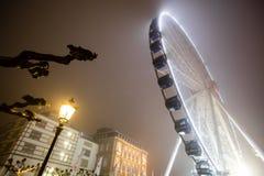 Pariserhjul i dimman royaltyfri foto