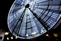 Pariserhjul i ett nöjesfält på natten, lång exponering Den lyckliga mannen tycker om p? ferier p? havet royaltyfria bilder