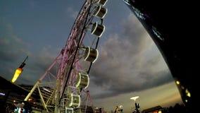 Pariserhjul i rörelse på nöjesfältet på natten arkivfilmer